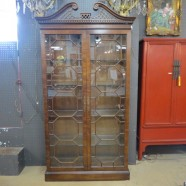 Vintage antique Henredon mahogany vitrine / display cabinet – $795